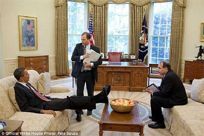 Dường như hành động gác chân của Tổng thống Obama đã trở nên quen thuộc đối với những người làm việc cùng ông.