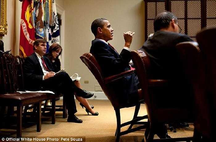 Vẫn 'điệu gác chân' đó của ông Obama trong cuộc họp diễn ra tại phòng Roosevelt của Nhà Trắng