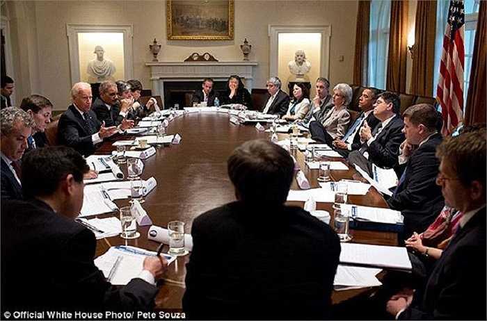 Duy nhất ông Obama gác chân lên bàn trong khi  cả phòng họp đang chăm chú nghe lời phát biểu của ông Joe Biden về vụ xả súng ở Newtown