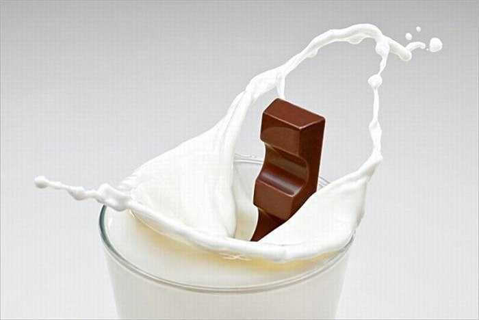 Sữa có sô-cô-la là thức uống tuyệt vời. Nhưng nếu bạn đang cố giảm cân thì đây sẽ là 1 ý tưởng tồi. Nó chứa nhiều calo hơn cả sữa và giá trị dinh dưỡng thấp hơn.