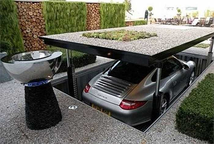 Một cách thiết kế nhà cửa tiết kiệm không gian cho những gia đình có nhiều ô tô là xây bãi đỗ xe ngầm thông minh dưới lòng đất. Khi cần sử dụng, bạn chỉ cần điều khiển chiếc hầm ngầm nâng lên để lấy xe.
