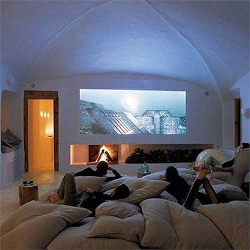 Rạp chiếu phim với màn chiếu lớn và nhiều chăn gối êm là nơi bạn có thể mời bạn bè tới thưởng thức hàng loạt các bộ phim hay.