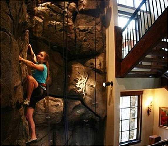 Nếu đam mê leo núi thì chủ nhà có thể cho thiết kế hẳn một ngọn núi nhân tạo trong nhà để thỏa mãn đam mê khám phá.