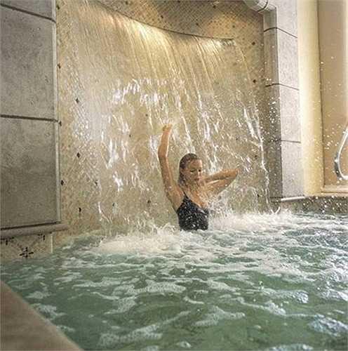 Bể bơi trong nhà với một thác nước chảy giống như ở spa là nơi bạn thư giãn sau một ngày làm việc mệt mỏi.