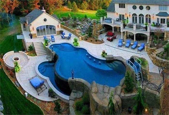 Người giàu cũng thường thiết kế cả một bể bơi ngoài trời sang trọng phục vụ nhu cầu giải trí của gia đình.