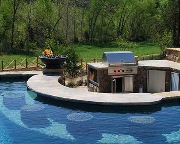 Bếp nướng được đặt giữa giữa hồ bơi lớn, bên trong có cả một quầy bar phục vụ mọi người trong gia đình. Ngay cả khi mặc đồ bơi cũng có thể thưởng thức bữa tối của mình.