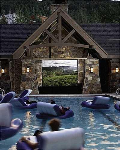 Cách thiết kế phòng xem phim giữa hồ bơi với những chiếc ghế nổi mang lại không gian thư giãn tuyệt vời.