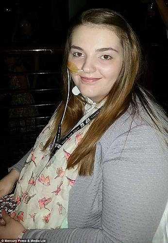 Emily James, 17 tuổi sống tại Salford, Anh được chẩn đoán mắc hội chứng Ehlers Danlos (rối loạn di truyền mô liên kết) khiến xương luôn bị trật khỏi khớp.