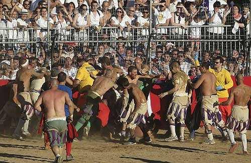 Trò chơi có tên gọi Calcio Fiorentino hay Calcio Storico và ngày nay hầu hết mọi người đều gọi là 'bóng đá lịch sử'.