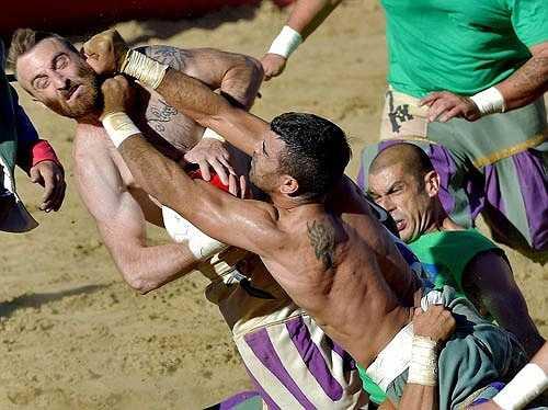 Môn thể thao này xuất hiện đầu tiên ở Piazza Santa Croce ở Florence và được duy trì duy nhất ở Fiorentino, Ý cho tới ngày nay