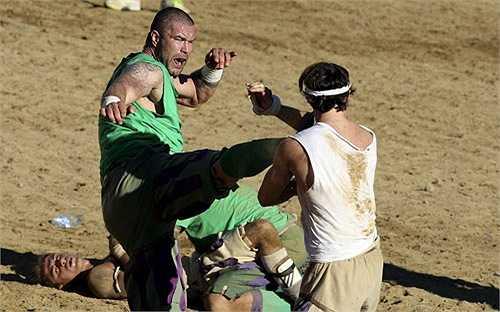Đây là trò chơi vô cùng bạo lực, người chơi có thể đấm, đá hay vật ngã đối thủ để vượt qua rồi đưa bóng tới cuối sân.