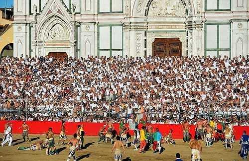Năm nay, trận chung kết diễn ra giữa hai đội San Giovanni / Verdi (xanh lá cây) và Santo Spirito / Bianchi (trắng)