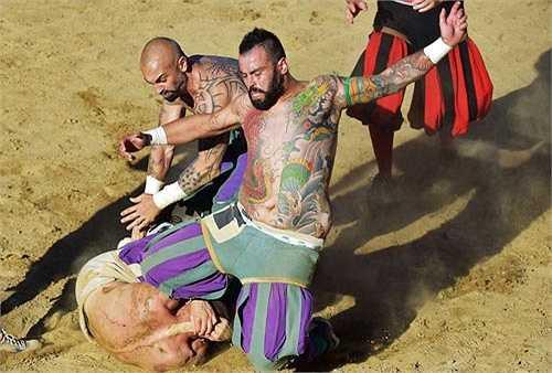 Trận đấu diễn ra hết sức quyết liệt, áo rách, mồ hồi đổ hay máu rơi... là chuyện bình thường