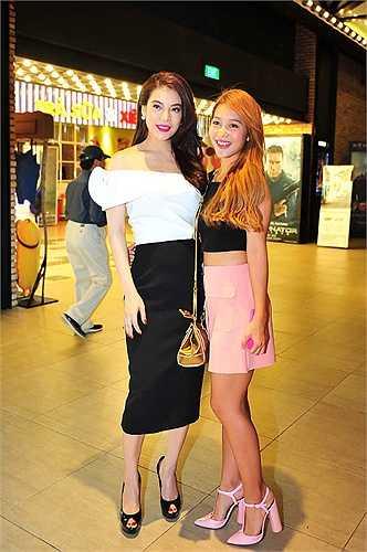 Trương Ngọc Ánh vai trần quyến rũ, tự tin đọ sắc hot girl Khả Ngân khi cả hai cùng xuất hiện trong một sự kiện.