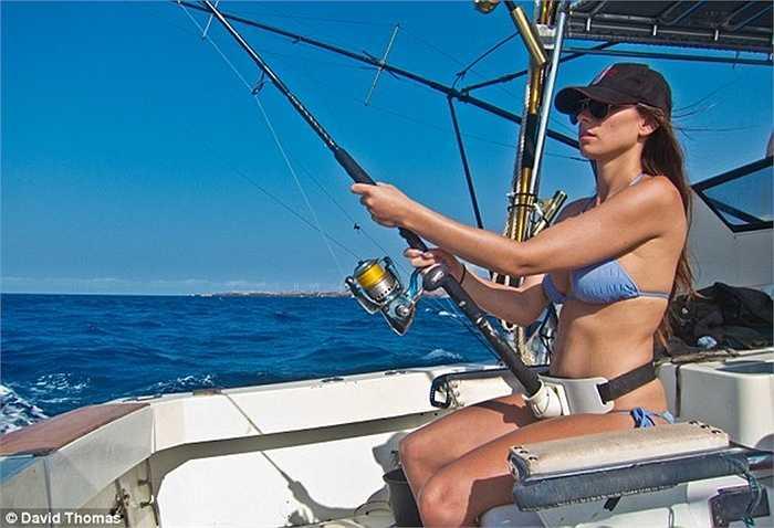 Ngoài lặn, Valentine cũng câu cá từ trên tàu
