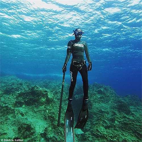 Nữ sát thủ săn cá lơ lửng giữa đại dương