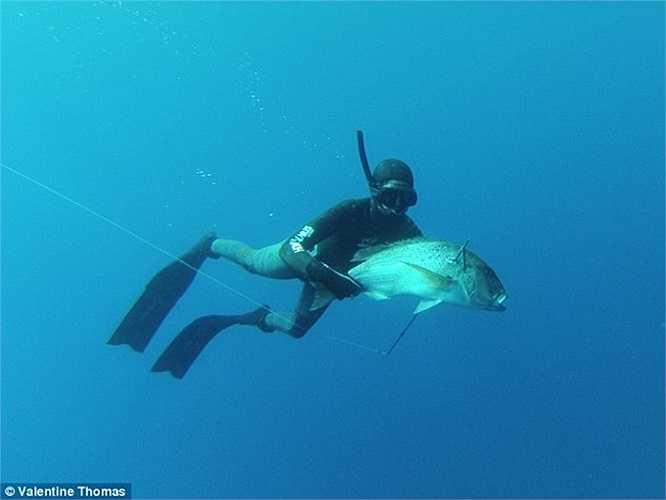 Cô thường du lịch khắp nơi trên thế giới, săn cá ở những vùng biển cho phép