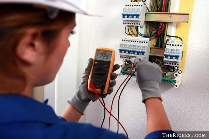 Thợ điện máy. Một nghề nghiệp cần tới sự xốc vác, đôi khi là liều lĩnh của người làm. Sự cẩn thận và quá cầu toàn của người phụ nữ thường không phù hợp trong công việc sửa chữa điện máy