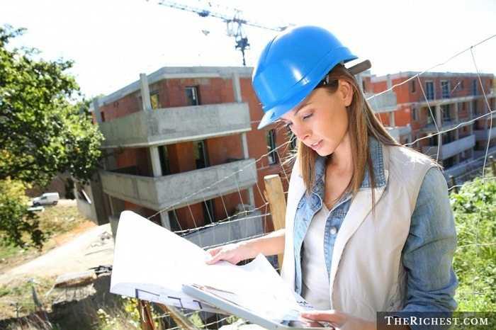 Công nhân xây dựng. Một công việc đòi hỏi nhiều sức mạnh và sự bền bỉ. Thêm vào đó là việc phải xa nhà cũng như bám công trình lâu ngày. Đây là những rào cản chính để người phụ nữ tránh xa nghề công nhân xây dựng