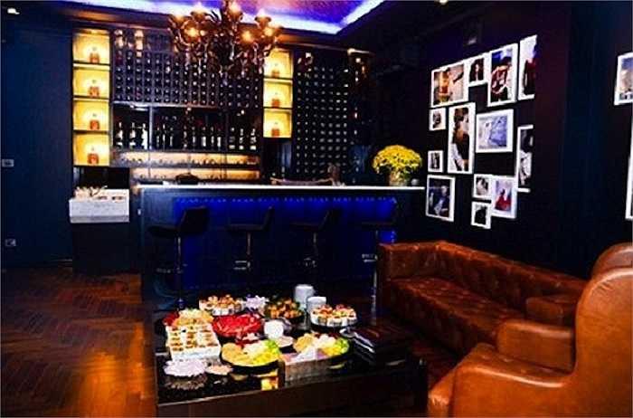 Phòng khách được bài trí sang trọng như của bậc đế vương.