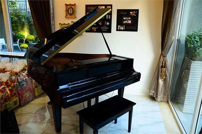Chiếc đàn piano để con gái Bảo Tiên học đàn.