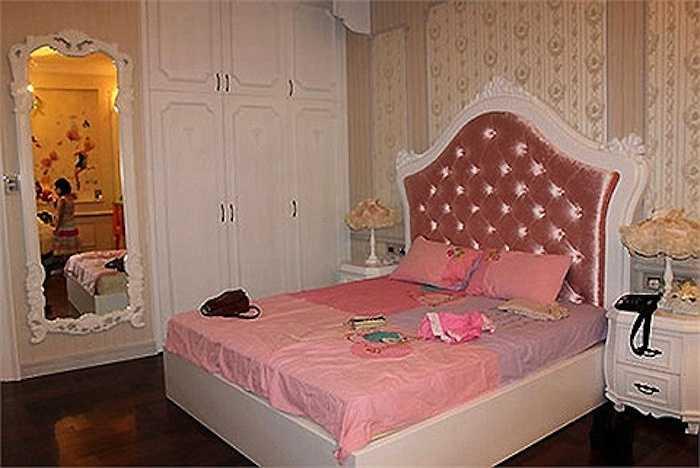 Phòng ngủ của Bảo Tiên có gam màu hồng dễ thương.