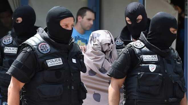 Cảnh sát đưa vợ của Yacine Sali rời nhà sau khi khám xét