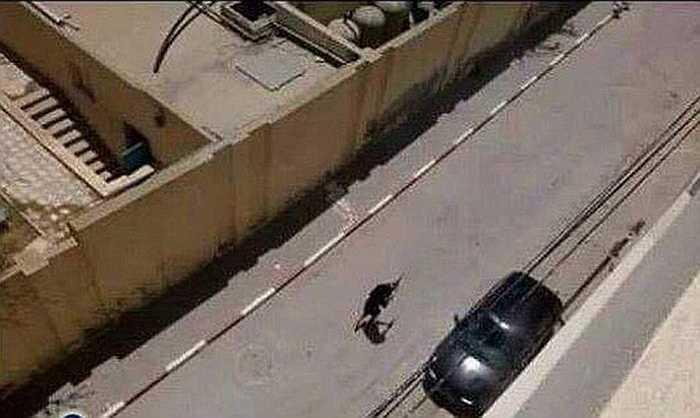 Tên khủng bố cầm súng di chuyển trên đường phố