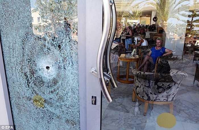 Vết đạn xuyên qua cửa kính