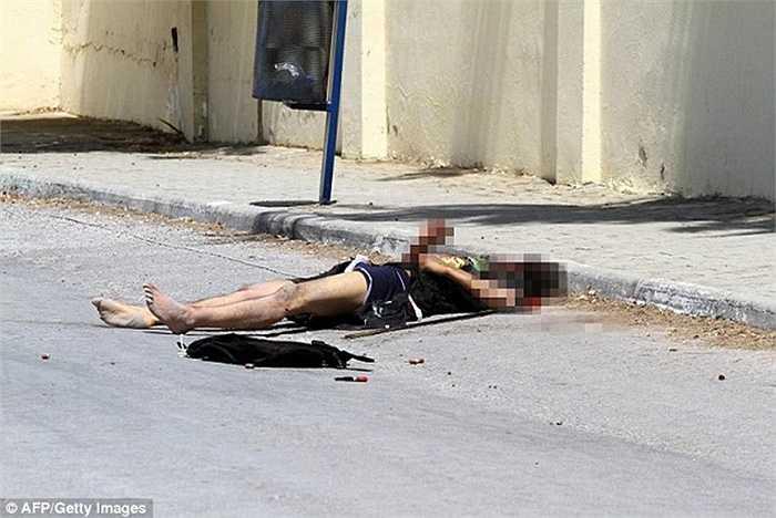 Thi thể nạn nhân nằm trên đường