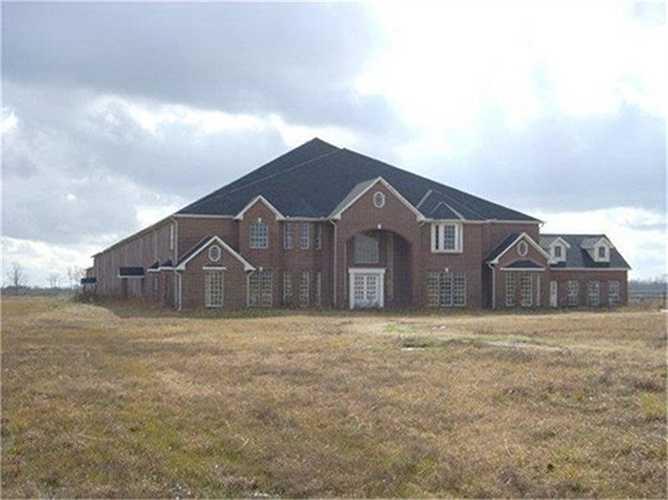 Ngôi nhà ma ám ở Manvel, Texas (Mỹ) thuộc quyền sở hữu một cặp vợ chồng bác sĩ được xây dựng vào năm 2001. Thế nhưng tới nay, ngôi nhà này vẫn chưa được hoàn thành và không có người sinh sống.