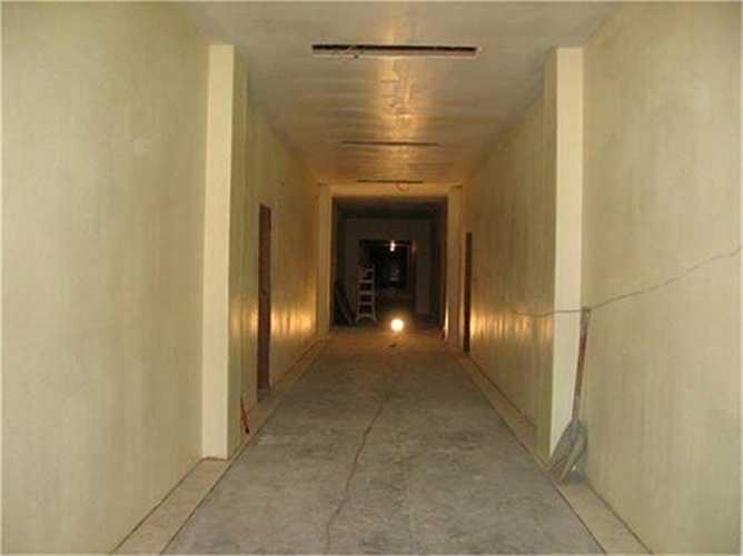 Vật tư xây dựng như máy xúc, thang và đèn vẫn còn nằm ngổn ngang ở cuối hành lang.