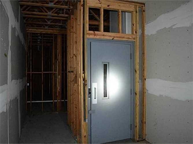 Ngôi nhà có hai tầng và một thang máy.