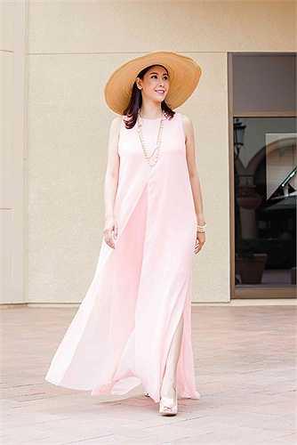 Sau khi tham dự sự kiện thời trang xuân hè 2015 của Đỗ Mạnh Cường tại Mỹ, Hoa hậu Hà Kiều Anh tiếp tục ở lại Mỹ cho kỳ nghỉ hè với 2 cậu con trai.