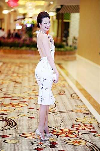 Khánh My diện chiếc đầm yếm với hoạc tiết chim yến khoe eo thon rạng rỡ
