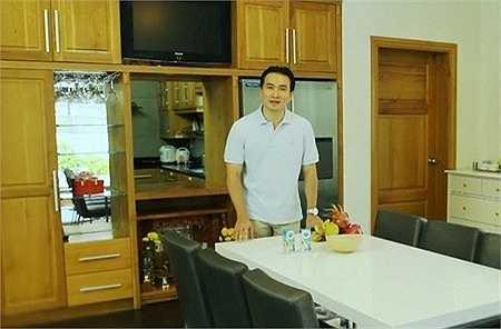 Là một diễn viên, MC tài năng và giàu có, Chi Bảo cũng tỏ ra rất sành điệu trong cách lựa chọn nơi ăn, chốn ở.