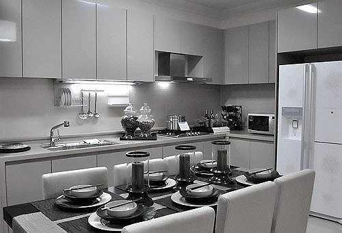 Phòng bếp liên thông phòng khách. Khoảng trống giữa 2 không gian này đủ rộng để gia đình sinh hoạt thoải mái.