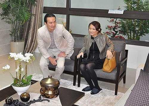 Căn hộ của anh tại Hà Nội có giá tới 5 tỷ đồng gồm 4 phòng ngủ, 1 phòng khách và 1 bếp với tông màu chủ đạo là màu xám sang trọng.