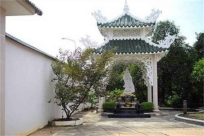 Là người theo đạo Phật, quanh trong nhà Việt Trinh tràn ngập không gian của Phật.
