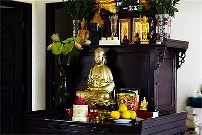 Một khoảng không gian rộng ngay chính giữa phòng khách được Việt Trinh ưu tiên đặt bàn thờ Phật.