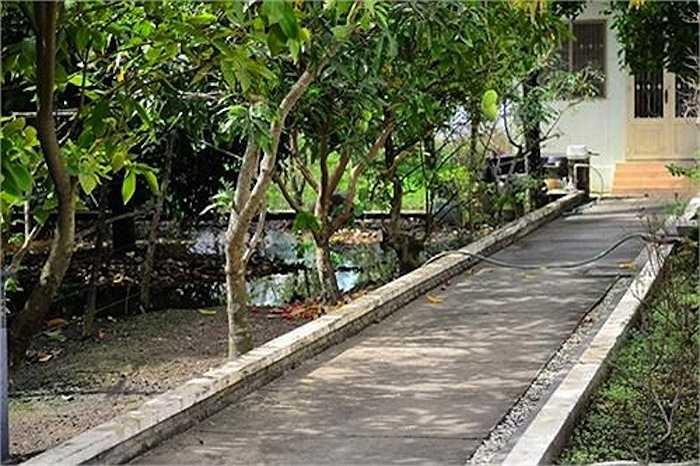 Bên ngoài ngôi nhà còn có thêm lối đi dẫn ra một góc khác của khu vườn lớn với ao hồ xung quanh.