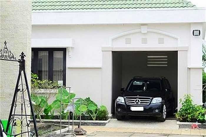 Garage ô tô nằm ở một góc của căn biệt thự.