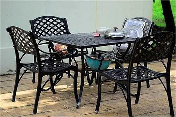 Phía sân sau của phòng bếp là bộ bàn ăn được làm bằng sắt, nơi Việt Trinh dùng bữa cùng quý tử.