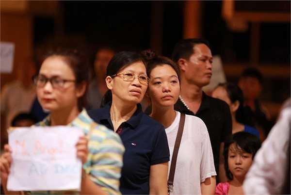 Chuyến bay quá cảnh từ Hồng Kông và đáp xuống sân bay Tân Sơn Nhất lúc 0h5 phút nhưng hơn một tiếng sau, cả hai mới hoàn tất thủ tục.