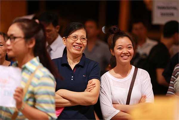 Chị gái và cháu gái của nhạc sĩ Ngọc Lễ cũng ra đón ở sân bay từ 11h khuya và thấp thỏm chờ đợi suốt hơn 2 tiếng đồng hồ.