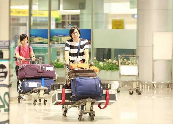 Mặc dù phải bay một chặng đường dài nhưng ngay khi xuống sân bay, nhạc sĩ Ngọc Lễ vẫn vui vẻ thăm hỏi mọi người và phụ vợ xếp đồ lên xe.