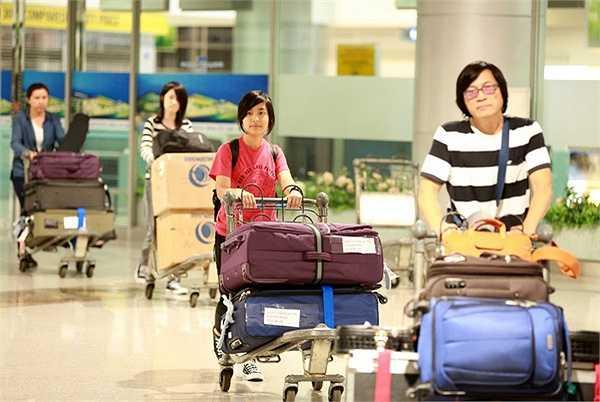 Cả hai bé tỏ ra khá tự lập và chủ động, không phải nhờ bố mẹ phụ giúp trong việc bê đỡ hành lý.