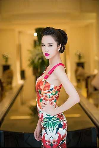 Người đẹp khoe trọn vẻ quyến rũ tại sự kiện.