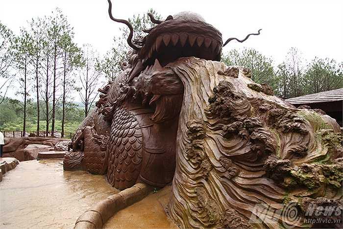 Một 'con rồng' khổng lồ bằng đất sét đón người xem.