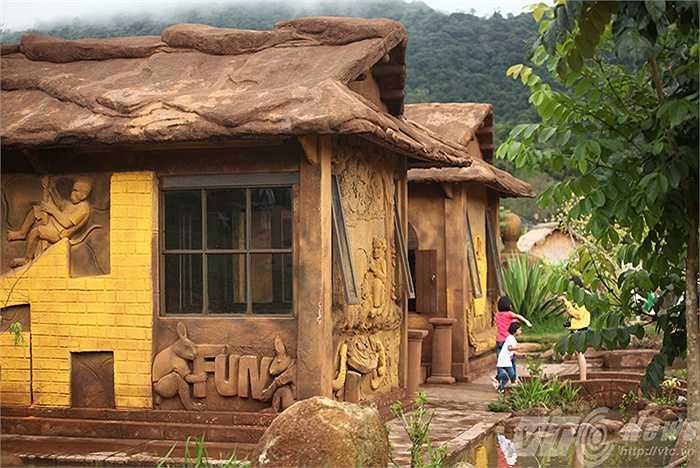 Ngôi nhà đất đỏ Bazan không nung đầu tiên có phong cách độc đáo nhất và ngôi nhà đất đỏ bazan không nung có mái đắp nổi hình bản đồ Việt Nam đầu tiên và có diện tích lớn nhất Việt Nam.